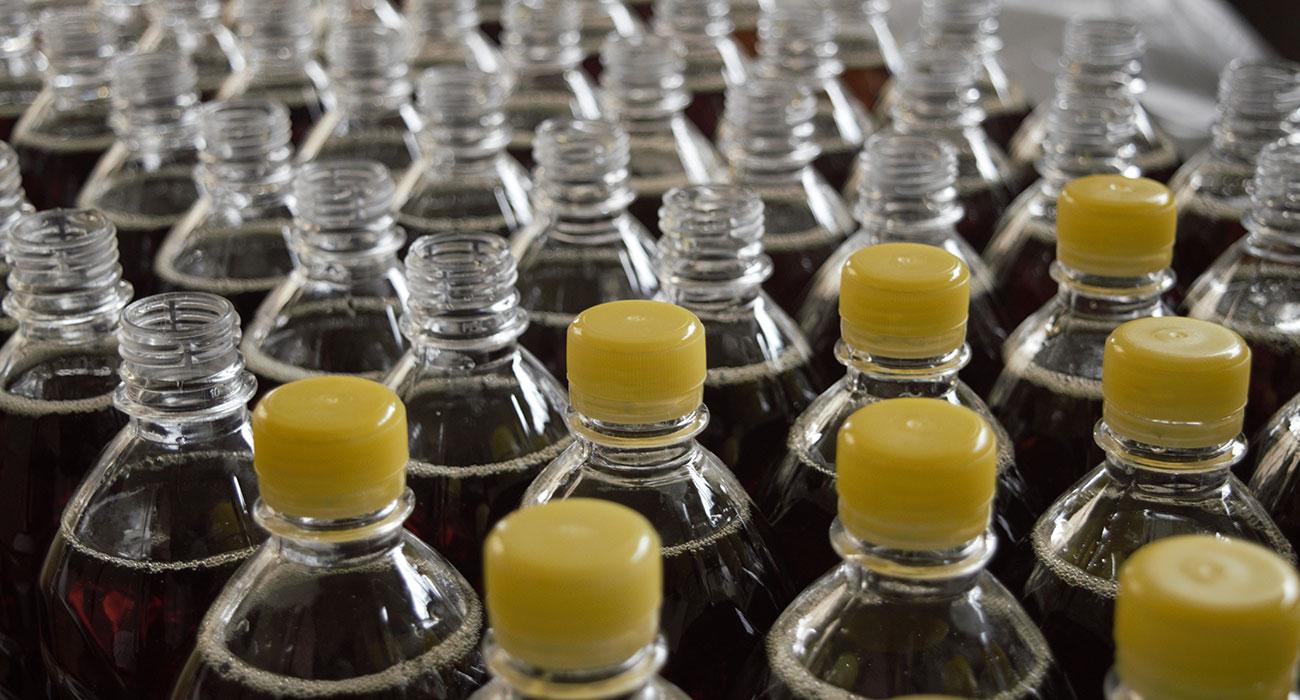Große Anzahl Plastikflaschen mit Getränk