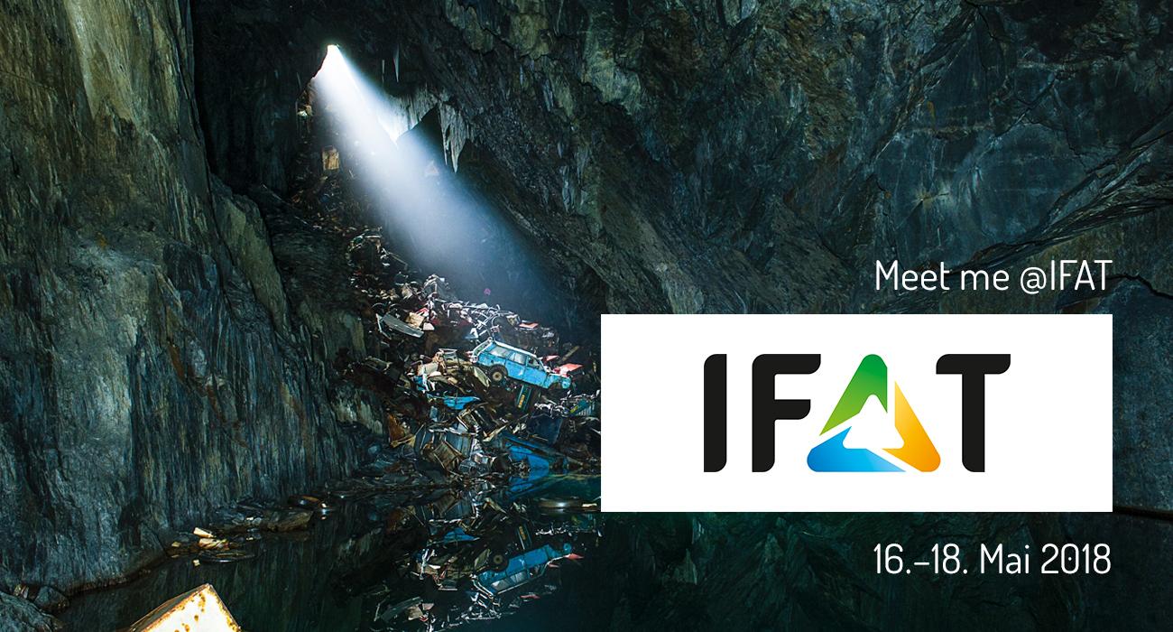 Lichtstrahl leuchtet in Höhle in der ein Berg Abfall liegt