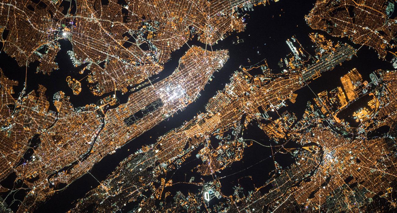 Luftaufnahme von leuchtendem, vernetztem Land