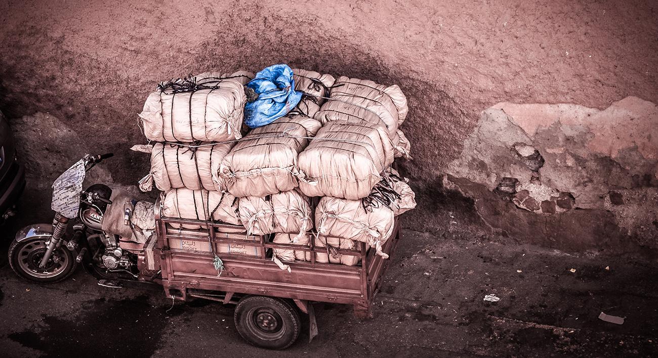 Fahrzeug mit kleinem, vollbepacktem Anhänger