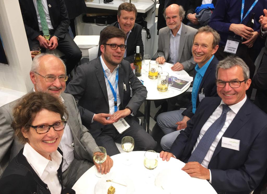Eveline Lemke inmitten der Deutschen Phosphor Plattform. Mit dabei Michael Spitznagel und Dr. Rainer Schnee (Vorstandsmitglieder), Dr. Daniel Frank (Geschäftsführung), Chris Thornten (EU Plattform) und Ludwig Herman (Präsident der EU-Plattform).
