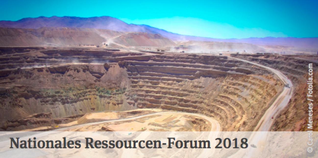 Tagebaugrube stufenförmig mit Veranstaltungstitel